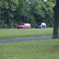 Der rote VW Combi blitz und wird durch den antrazitfarbigen Combi dahinter versteckt