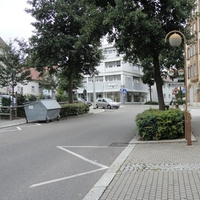 Im Gebüsch neben dem baum die Leivtec. Links im weißen Kleinwagen auf dem Parkplatz das Messfahrzeug.