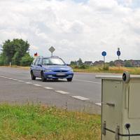 Rückwärtige Sicht auf das Messfeld; das Fahrzeug befindet etwa auf Auslösehöhe.