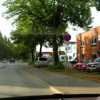 Silberner Zafira unter'm Baum in Fahrtrichtung Hüxtertor...
