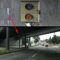 direkt unter der Brücke, im Schatten schlecht zu sehen, blitzt die linke und mittlere Spur