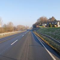 Die neue B 264; in diesem Abschnitt Umgehungsstraße von Weisweiler. Die Aufnahme erfolgte schon aus dem ungefähren Messbereich, ...