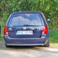 Der Messwagen, aufgrund des Verzichtes auf den Fotoblitz mit unverpixeltem Kennzeichen veröffentlicht, war in der nachfolgenden Zufahrt am Ende einer Fahrzeugreihe geparkt.