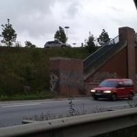 Aufgenommen von der Gegenfahrbahn aus bei Stau. Der kleine Kasten steht mit einer Plane getarnt direkt hinter der Unterführung Fahrtrichtung Ikea am rechten Fahrbahnrand. Oben an der Böschung steht der zugehörige VW Touareg.