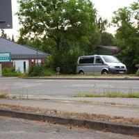 Der VW-Messbus steht in Höhe Eingang 3 des Vorwerker Friedhof