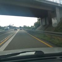 genau unter der Brücke, derzeit Baustelle : 80 !!!  schwarzer Vito steht oben auf der K5332