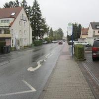 Anfahrt in Richtung Kirche zu sehen. Blitzer ist beidseitig Kamera in FR Steinbach war zu erkennen, in FR Stierstadt nicht. Durch das Auslösen beider Kameras wurden auch Mopedverstöße etc. geahndet. Da viel Verkehr war und der Aufbau fair hat es zwar einige, jedoch nicht massig Verstöße gegeben