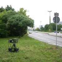 Blcik aus der Gegenrichtung in Richtung Riebeckplatz. Die mittleren drei Pkw kommen von der Hochstraße, welche über den Riebeckplatz führt. Das linke Fahrzeug direkt aus dem Kreisverkehr. Überwacht werden beide Spuren.