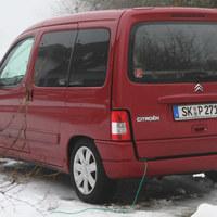 Messfahrzeug der Polizei Sachsen-Anhalt. Der Wagen stand neben der Straße und war von dieser aus nicht zu sehen.
