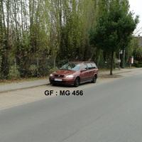 Blick aus der Gegenrichtung auf den Opel. Der Beamte reagierte genervt auf das Fotografieren und riss die Tür vom mir auf