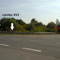 Die Kamera steht hinter der Leitplanke, ist aber schwer zu erkennen, der rote Dacia parkt auf der Auffahrt