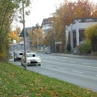 in Richtung Autobahn standen, wie hier in der Ferne zu sehen, 3 Streifenwägen parat, um ausgewählte Verkehrssünder sofort anzuhalten.