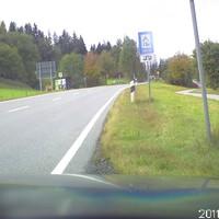 Der rote Messbus ist in der Senke am Radweg geparkt.