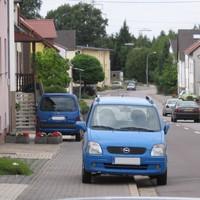 Geblitzt wird durch die Gemeinde Heusweiler mit einer Leivtec XV3 aus dem blauen Kastenwagen. Die Messfahrzeuge wechseln regelmäßig. Es wird auf dieser Straße in beiden Richtungen geblitzt, wobei eine Richtung aufgrund der Abschüssigkeit recht interessant ist. Hier hat man schnell mal mehr als 50 km/h auf dem Tacho.