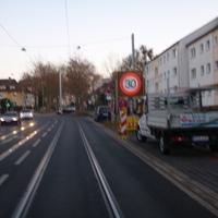 Gilsastraße/Breitscheidstraße - stadteinwärts. Hier gilt 30km/h! Blitzerauto steht hinter dem großen Leuchtschild, auf dem rechten Parkstreifen. Hier wird häufig geblitzt und viele fahren zu schnell. Viele Unfälle in letzter Zeit, da sich die Fahrbahn verengt und Straßenbahnschienen die Fahrbahn mitbenutzen. Bild ist wieder verwackelt (wegen Kamera). Es folgen bessere!
