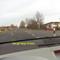 """Das Messgerät steht vor dem Ford-Messbus bei der Rettungswache im Sandberg. Der gelbe Pfeil zeigt auf die Kamera im Gebüsch, der rote Pfeil auf den """"Blitzer"""" an der Landstrasse L 200 von Buchhorst kommend und nach Dalldorf fahrend..."""