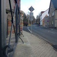 stadteinwärts ... stark abschüßige Ortseinfahrt ...