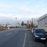 Anfahrt auf den Blitzer. In diesem Bereich gilt 30 Km/h, da sich auf der rechten Straßenseite eine Behindertenwerkstatt befindet. Gemessen wurde Richtung Bonn-Pützchen.