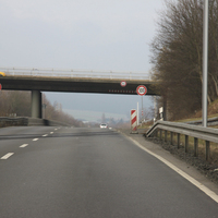 Fahrtrichtung nach Warburg. Blitzer befindet sich in der 60km/h Zone unter der Leitplanke, auf Höhe der Gleisüberquerung.