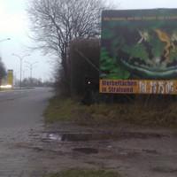 Eine etwas neue Position, Ortseingang HST 1 Kreuzung passieren, dan auf der rechten Seite hinter 2er Werbeplakaten.