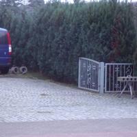 gut versteckt an der Hausfront, Meßfahrzeug steht auf einem Grundstück