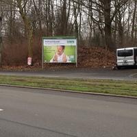 Bundesstraße 7, stadteinwärts. Hier gilt 50km/h! Messfahrzeug parkt wieder bei dem Werbetafeln. Einseitensensor: rechts neben dem Fahrzeug, Blitz: zwischen linker Werbetafel und pinken Banner und Kamera: am Oberleitungsmasten (links).