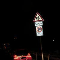 Zeitlich befristet 30 Km/h von 07-14 Uhr in beide Richtungen , ansonsten 50 Km/h da innerorts, IN den Schulferien wird von der Gemeinde die 30er Tafel demontiert.