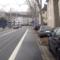 Geblitzt wird aus dem blauen Opel Zafira. Grund: Es kommt im Haltestellenbereich zu einer verengung der Fahrbahn, zudem kam es in letzer Zeit zu viele Unfällen, da die Straßenbahngleise (bei Nässe) sehr rutschig sind. Deshalb wurde eine 30km/h-Zone aus der 50km/h-Zone.