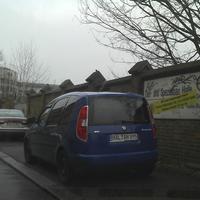 Blauer Skoda Roomster mit verdunkelter Verglasung. Schmiedstraße 10, Halle/Saale KFZ: HAL AH 895 mit 2 Insassen