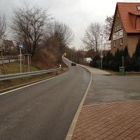 Straßenansicht, stadteinwärts. In der Einbahnstraße gilt 50 km/h.