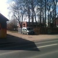 Messfahrzeug hinter der Trennwand eines Grundstückes versteckt abgestellt.