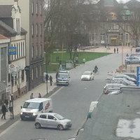 Polizeiwagen links im Bild, Lasergerät steht links daneben. Gelasert wird in die Richtung in die geguckt wird.