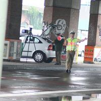 Halt! Polizei!  (Foto von User carlos. Polizeibeamter wurde unkenntlich gemacht.)