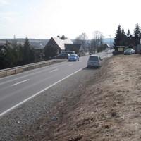 Im Radio gemeldet wurde B95, Annaberg-Buchholz Richtung Oberwiesenthal, Ortseingang Bärenstein. Tatsächlich überwacht wurden aber die erlaubten 50 km/h in die Gegenrichtung nach Annaberg. Grund der Überwachung sind hier die vielen privaten Einfahrten und die 2 Bushaltestellen am Ende der Ortschaft.
