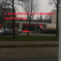 Hier die Ansicht der drei Beamten in beiden Richtungen schauen, + 1 Zivilfahrzeug.