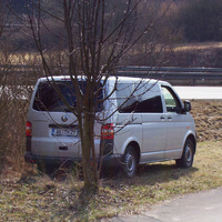 Der gut versteckte Messbus (VW T 5, AB-TH 27). Spriessen erstmal die Blätter, ist er aus Fahrersicht nicht mehr zu sehen.