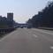 Die Brücke kommt näher, bisher ist aber noch nichts zu erkennen. Zur Zeitpunkt der Aufnahme war hier 120 km/h. Die Geschwindigkeit kann aber variieren je nach dem ob 2 oder 3 spuriger Verkehr.