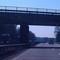 Hier ist der Blitzer anhand der beiden kleinen Kästen oben auf der Brücke zu erkennen. Das Meßfahrzeug stand rechts im Wald (VW Transporter).