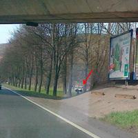 Blitzer Stadteinwärts (Ri. Norden) am rechten Fahrbahnrand. Kann wegen Brückensohle erst spät bemerkt werden. (leider nur Handy-Bild)