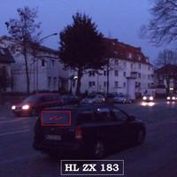 """Fackenburger Allee stadteinwärts vor hellem """"Sprinter"""" blitzt der Opel-Astra..."""