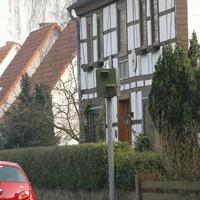 einer von vielen Blitzern auf der B188 am Ortseingang von Oßlos aus Gifhorn kommend Rtg. Wolfsburg! Gerade wurde der Kasten durch einen Ford zugeparkt, er funktionierte aber zur Zeit der Aufnahme nicht