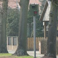 auf beiden Seiten gibt es am Ortseingang eine Blitze, hier aus Wolfsburg kommend. der Kasten ist im Sommer wegen Licht und Schatten der Bäume wohl eher schlecht zu sehen, sonst sollte man ihn erkennen