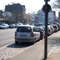 Der silberne Opel-Zafira mit PoliScan Speed im Heckfenster...Vor der Pestalozzi-Grundschule gegenüber der SEDANSTRASSE in der Fackenburger Allee 73