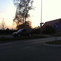 Blitzer am Ortsausgang von Bischofsheim Richtung Mediamarkt auf dem Friedhofparkplatz aus einem blauen Caddy.