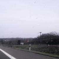 Jetzt noch besser zu sehen. Alle Bäume weg. Auch auffällig ist der schwarze VW Bus.