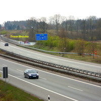 """Anfahransicht von der gegenüber liegenden Böschung auf den """"Tatort"""" mit dem Vitronic PoliScan Speed outdoor auf Stativ + 2 Rotblitzer + Batterien..."""