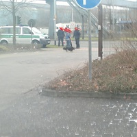 Der Polizeibully mit der Laserpistole davor. Kleiner Plausch mit Spaziergängern