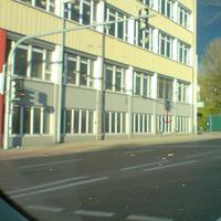 Blitzer steht an Hauswand von Fa. Märklin und auf der Mittelinsel links in Fahrtrichtung Faurndau. Fahrzeug steht rechts in einer Hauseinfahrt.