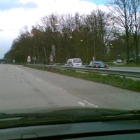 Am Ende des Geschwindigkeitstrichters, hier am 60 km/h Schild, die Messanlage unter der Leitplanke. Davor der Mess - Caddy aus Neumünster