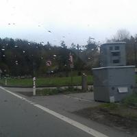 Semi mobiler Blitzkasten auf der Notfahrinsel positioniert. Direkt vor der Brücke Seite Thayngen.